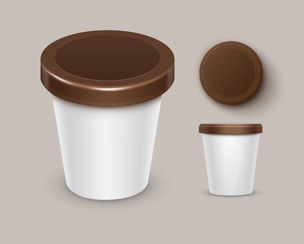 Conjunto de recipiente de balde de banheira de plástico branco marrom comida em branco para sobremesa de chocolate, iogurte, sorvete com rótulo para design de pacote close-up vista lateral superior isolada no fundo