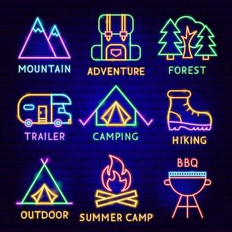 Conjunto de rótulos de acampamento de néon. ilustração em vetor de promoção ao ar livre.