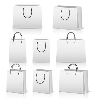 Conjunto de sacolas de papel em branco isoladas em branco com reflexão