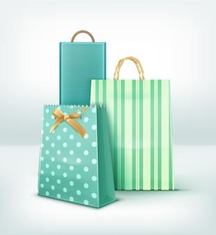Conjunto de sacolas de papel para presentes e sacolas de compras de diferentes formas e padrões isolados no fundo