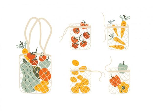 Conjunto de sacos de eco de malha cheios de legumes isolados no branco