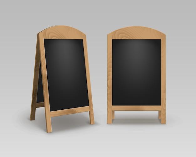 Conjunto de sanduíches de rua de madeira vazia para publicidade em branco. placas de menu pretas isoladas no fundo