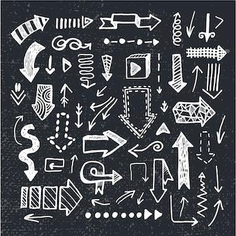 Conjunto de setas de doodle desenhado à mão, isolado no fundo do quadro-negro. preto e branco
