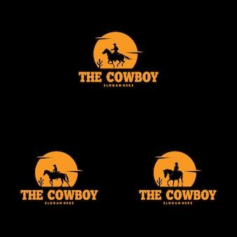 Conjunto de silhueta de caubói andando de cavalo à noite