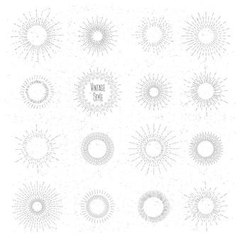 Conjunto de sunburst desenhada de mão retrô. quadros de raios de sol em estilo vintage hipster. crachá e explosão, raio, design vintage, elemento de coleção radial.