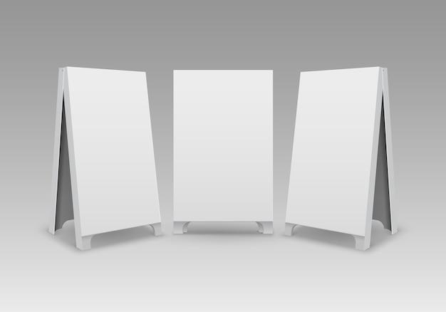 Conjunto de suportes para sanduíches portáteis de rua retangulares, vazios e vazios, sinais de calçada isolados no fundo