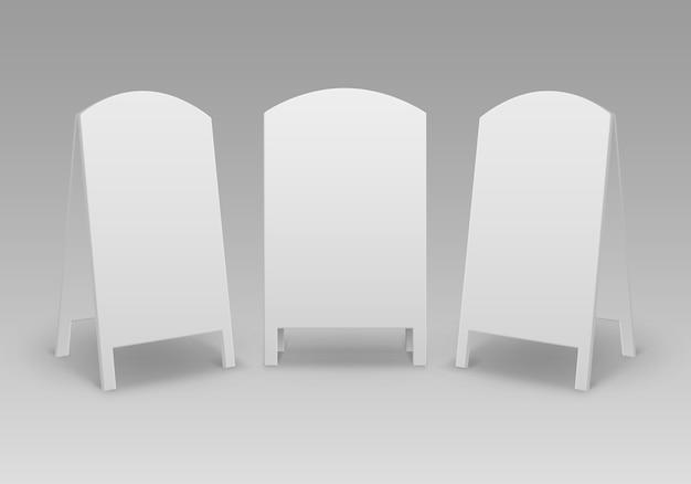 Conjunto de suportes redondos ovais vazios em branco para sanduíches de rua com placas de sinalização na calçada isoladas no fundo