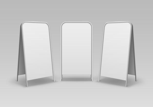 Conjunto de suportes retangulares de metal retangular vazio em branco para sanduíches de rua com placas de sinalização na calçada isoladas no fundo