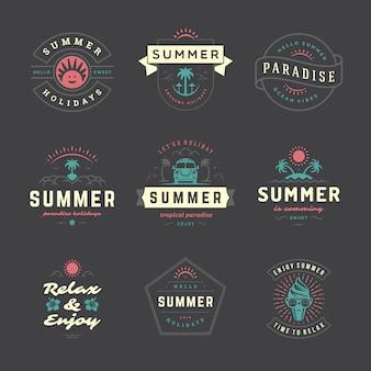 Conjunto de tipografia retrô de etiquetas e emblemas de férias de verão.