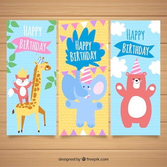Conjunto de três cartões de aniversário em design plano com animais
