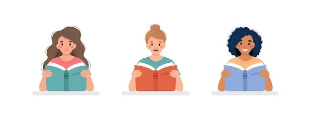 Conjunto de três mulheres lendo livro em uma mesa conceito do dia de aprendizagem e alfabetização