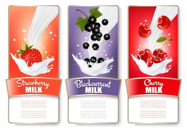 Conjunto de três rótulos de frutas em salpicos de leite. morango, mirtilo, framboesa.