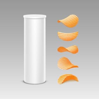 Conjunto de tubo de recipiente de caixa de lata branca para design de embalagem com batata frita crocante de diferentes formas close-up isolado no fundo