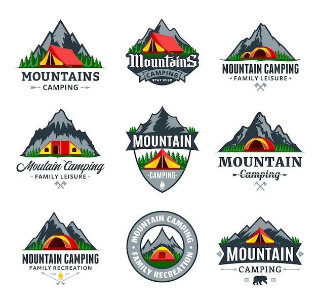 Conjunto de vários emblemas de acampamento na montanha