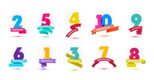 Conjunto de vetores de composições de datas de aniversário com etiquetas de logotipo de aniversário de anos de fitas