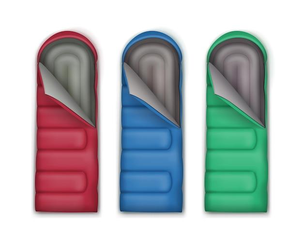 Conjunto de vetores de sacos de dormir vermelhos, verdes e azuis, isolado no fundo branco