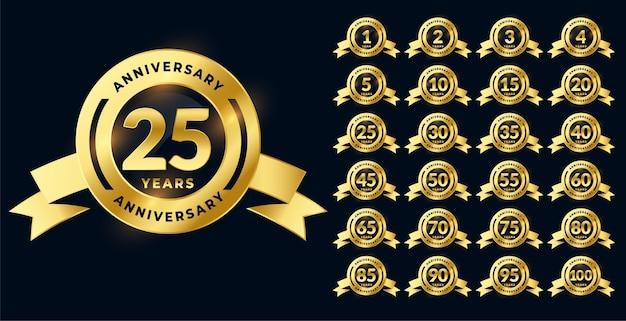 Conjunto grande de etiquetas ou emblemas de aniversário dourado