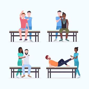 Conjunto massagistas terapeutas fazendo tratamento de cura de pacientes de raça mista na mesa de massagem especialistas massageando peças de corpo lesadas coleção manual conceito de fisioterapia esporte