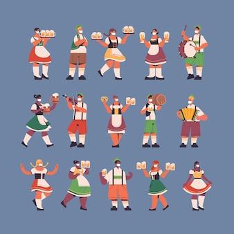 Conjunto mix corrida garçons segurando canecas de cerveja conceito de celebração de festa oktoberfest pessoas felizes em roupas tradicionais alemãs se divertindo