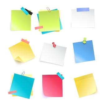 Conjunto realista de notas auto-adesivas em branco coloridas com pinos e clipes de papel isolado na ilustração vetorial de fundo branco