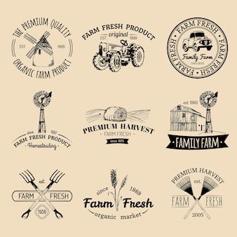 Conjunto retro de vetor de logotipos frescos de fazenda. coleção de emblemas de produtos biológicos orgânicos. sinais de comida ecológica. mão vintage esboçou ícones de equipamentos agrícolas.