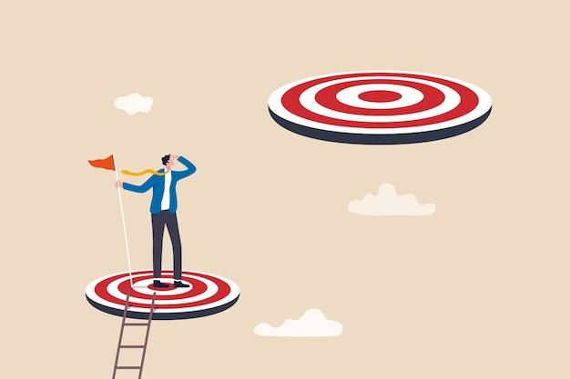 Conquista de desafio ou meta superior, o caminho a seguir ou próximo nível, objetivo de negócio maior ou conceito de aspiração, empresário de sucesso sobe a escada alcançando a meta e procurando o próximo passo maior.