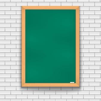 Conselho escolar verde sobre fundo de tijolo