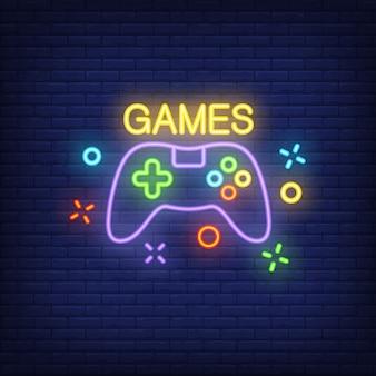 Console com letras de jogos. sinal de néon no fundo do tijolo.