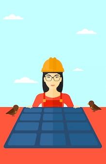 Construtor com painel solar.