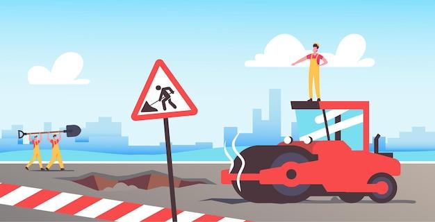 Construtor de personagem dirigindo máquina de rolo de pavimentação de asfalto em reparo de estradas e canteiro de obras