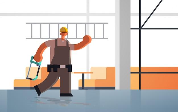 Construtor masculino carregando escada e trabalhador ocupado serrote trabalhador industrial no conceito de construção uniforme inacabado local de construção interior apartamento comprimento total horizontal