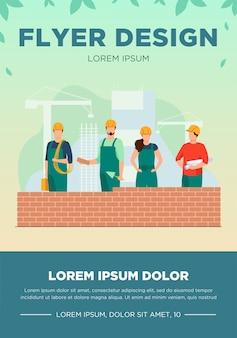 Construtores profissionais fazendo parede de tijolos. site, capacete, ilustração de folheto em vetor plana construtor. conceito de construção e engenharia