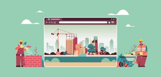 Construtores uniformizados trabalhando na janela do navegador da web horizontal do conceito de construção digital