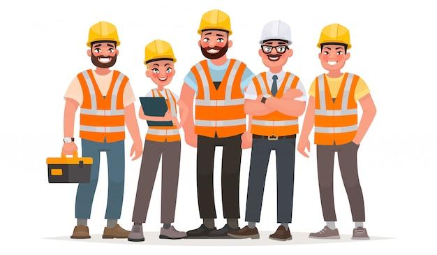Construtores vestidos com coletes e capacetes de proteção. trabalhadores no canteiro de obras