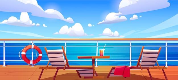 Convés do navio de cruzeiro com espreguiçadeiras, mesa de madeira com coquetel e boia salva-vidas pendurada na cerca