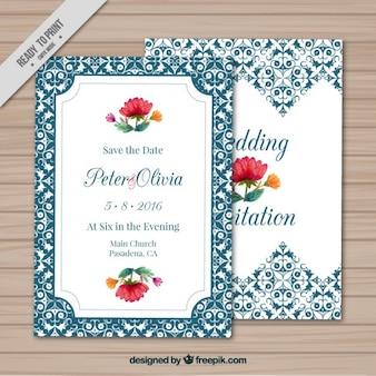 Convite azul do casamento com flores e ornamentos