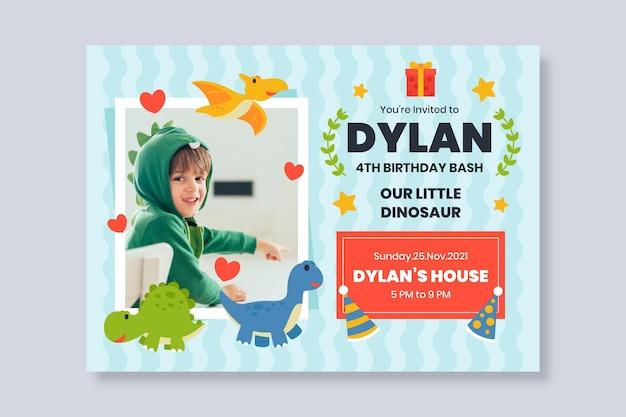 Convite de aniversário de dinossauro plano com modelo de foto