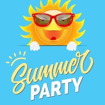 Convite de festa de verão com sol dos desenhos animados em óculos de sol no fundo azul manhoso.