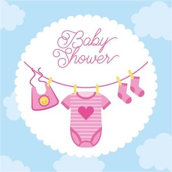 Convite para festa de bebê, moldura de roupas pendurada com fundo de nuvem