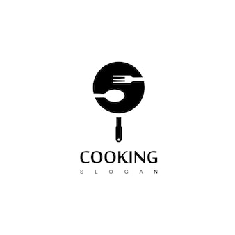 Cooking logo com spoonfork and pan symbol