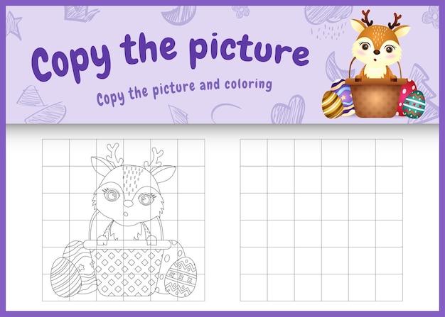 Copie o jogo de imagens para crianças e a página para colorir com o tema da páscoa com um cervo fofo no ovo balde