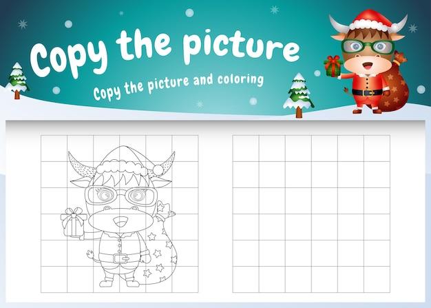Copie o jogo de imagens para crianças e a página para colorir com um búfalo fofo usando fantasia de papai noel