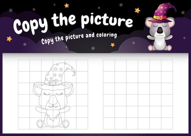 Copie o jogo de imagens para crianças e a página para colorir com um coala fofo usando uma fantasia de halloween