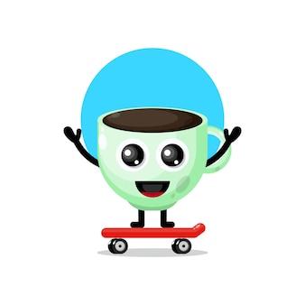 Copo de café a andar de skate com mascote fofinho