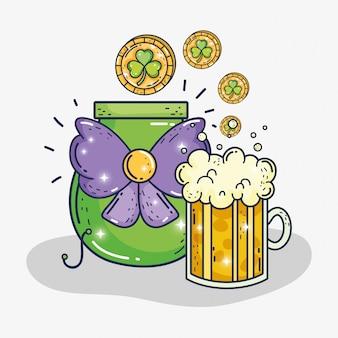 Copo de cerveja e caldeirão com moedas de trevos