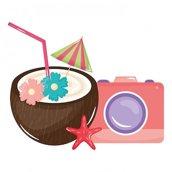 Coquetel de coco tropical e câmera fotográfica