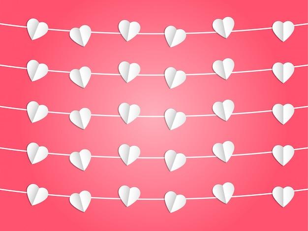 Coração branco pendurado na corda no fundo rosa