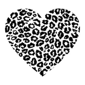 Coração com estampa de leopardo isolada no fundo branco.