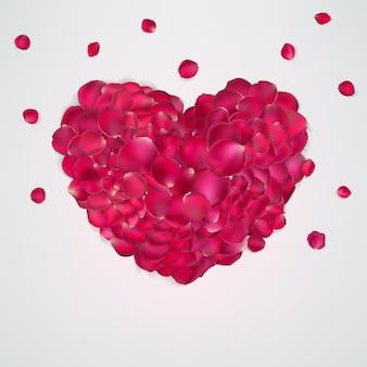 Coração de pétalas de rosa vermelhas.