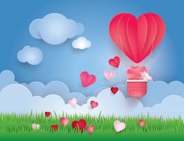 Coração em forma de balão de ar quente voando no céu com nuvens